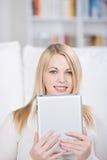 Jeune femme tenant le comprimé de Digital Photo stock