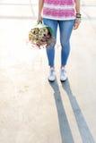 Jeune femme tenant le concept de fleurs Photos libres de droits