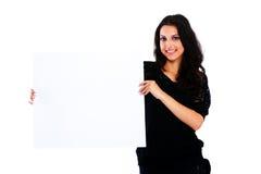 Jeune femme tenant le conseil vide Photo libre de droits