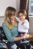 Jeune femme tenant le fils sur des bras photos libres de droits