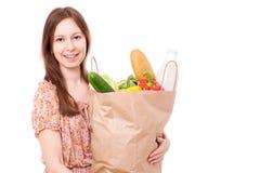 Jeune femme tenant le grand sac des épiceries de Healthly Image libre de droits