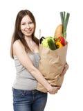 Jeune femme tenant le grand sac des épiceries de Healthly - Imag courant Photo stock