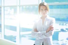 Jeune femme tenant le mur proche dans le bureau Images libres de droits