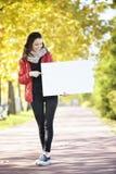 Jeune femme tenant le panneau d'affichage d'empyt Image libre de droits