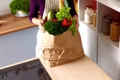 Jeune femme tenant le sac d'épicerie avec image stock