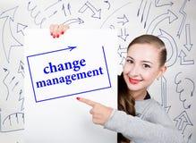 Jeune femme tenant le tableau blanc avec le mot d'écriture : changez la gestion Technologie, Internet, affaires et vente Photos libres de droits