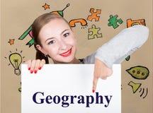 Jeune femme tenant le tableau blanc avec le mot d'écriture : géographie Technologie, Internet, affaires et vente Photo stock