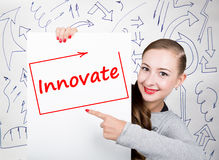 Jeune femme tenant le tableau blanc avec le mot d'écriture : innovez Technologie, Internet, affaires et vente Photos libres de droits