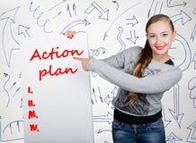 Jeune femme tenant le tableau blanc avec le mot d'écriture : plan d'action Technologie, Internet, affaires et vente Image stock