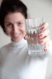 Jeune femme tenant le verre Image stock