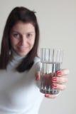 Jeune femme tenant le verre de l'eau minérale Image stock