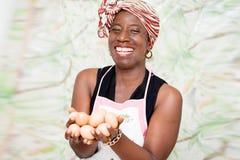 Jeune femme tenant les oeufs organiques photo stock