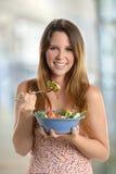 Jeune femme tenant saladier Photo libre de droits