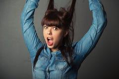 Jeune femme tenant ses poils Images stock