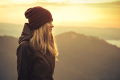 Jeune femme tenant seul extérieur Image libre de droits