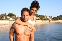 Jeune femme tenant son homme photographie stock