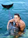 Jeune femme tenant un dauphin Images stock