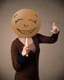 Jeune femme tenant un panneau souriant de visage Image libre de droits