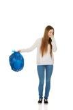 Jeune femme tenant un plein sac de déchets image libre de droits