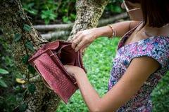 Jeune femme tenant un sac à main fait main de luxe de python de peau de serpent Jour ensoleillé Embrayage cher Fermez-vous des ma Images libres de droits
