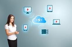 Jeune femme tenant un téléphone avec le réseau informatique de nuage Photos stock
