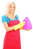Jeune femme tenant une bouteille de solution de nettoyage photo libre de droits