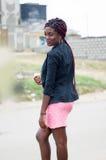 Jeune femme tenant une pomme Images libres de droits