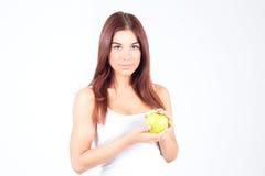 Jeune femme tenant une pomme dans des mains Style de vie sain photographie stock