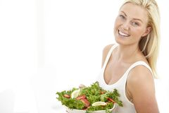 Jeune femme tenant une salade Photographie stock libre de droits