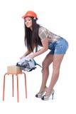 Jeune femme tenant une scie circulaire électrique de disque Images libres de droits