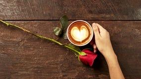 Jeune femme tenant une tasse de café rouge Photo stock