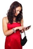 Jeune femme texting au téléphone d'écran tactile Image stock