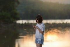 Jeune femme texting sur le smartphone Photo libre de droits