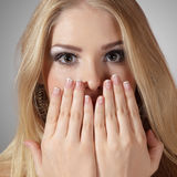 Jeune femme étonné avec des mains Photos libres de droits