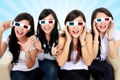 Jeune femme étonnée en verres 3D Photo stock