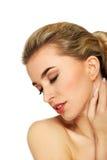 Jeune femme touchant son cou Photo libre de droits