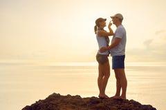 Jeune femme touchant son nez d'ami et souriant tandis que standi Photo stock