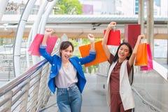 Jeune femme très heureuse avec des paniers, au centre ou au mail Image stock