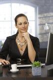 Jeune femme travaillant au bureau Photos libres de droits