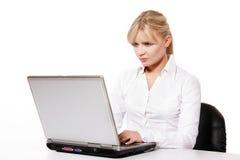 Jeune femme travaillant avec l'ordinateur portable photographie stock libre de droits