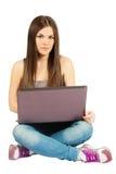 Jeune femme travaillant avec son carnet photographie stock libre de droits