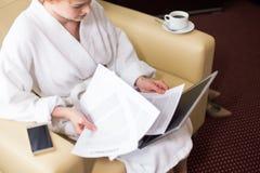 Jeune femme travaillant dans la chambre d'hôtel Image stock