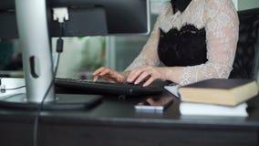 Jeune femme travaillant dans un bureau banque de vidéos