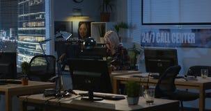 Jeune femme travaillant la nuit dans un bureau banque de vidéos