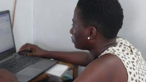 Jeune femme travaillant sur l'ordinateur portatif banque de vidéos
