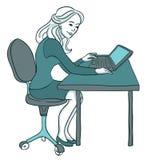 Jeune femme travaillant sur l'ordinateur portatif Photo stock