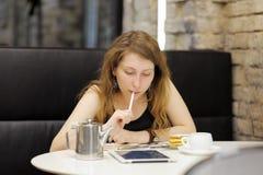 Jeune femme travaillant sur sa tablette photographie stock