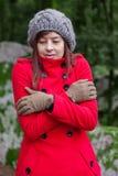 Jeune femme tremblant avec le froid sur une forêt Photographie stock
