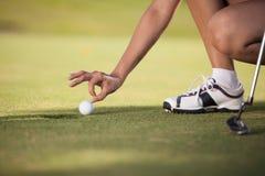Jeune femme trichant au golf images stock