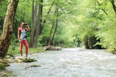 Jeune femme trimardant dans la forêt image libre de droits
